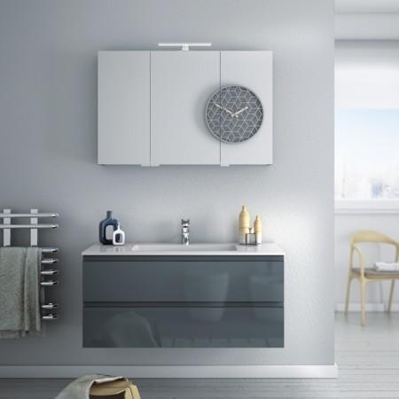 Weißer Waschtisch mit grauen Badmöbeln und Spiegelschrank aus der Badmöbel-Serie FLASH.