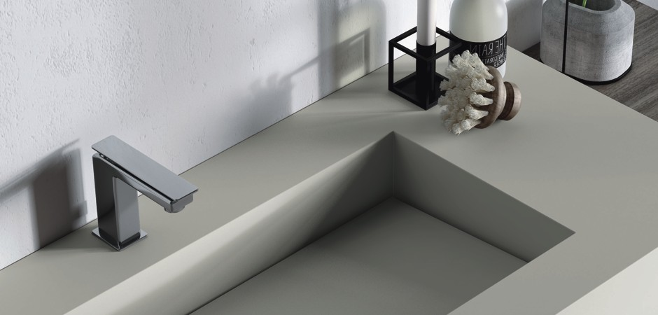 Designer-Waschtisch auf Maß mit rechteckigem Waschbecken.