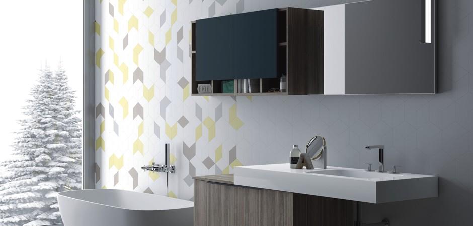 Designer-Waschtisch auf Maß mit Oberschrank und Badezimmerspiegel.