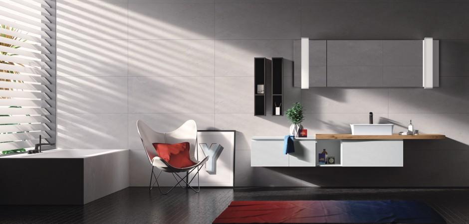 Badmöbel mit Auflagebecken auf Massivholz-Platte, großer Badezimmerspiegel.