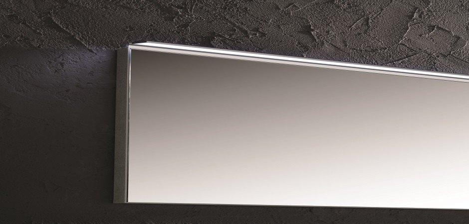 LED-Leuchte für die gesamte Breite des Badezimmerspiegels