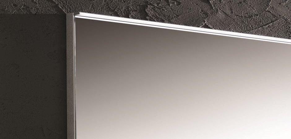 LED-Leuchte über die gesamte Breite des Badezimmerspiegels